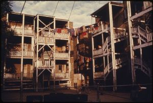 800px-HOUSING_AND_BACK_PORCHES_IN_THE_INNER_CITY_OF_UPTOWN_CHICAGO,_ILLINOIS,_A_NEIGHBORHOOD_OF_POOR_WHITE_SOUTHERNERS._THE..._-_NARA_-_555951
